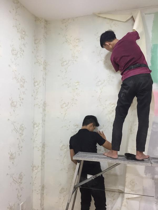 Nhân viên Ngô Hân thi công giấy dán tường phòng ngủ