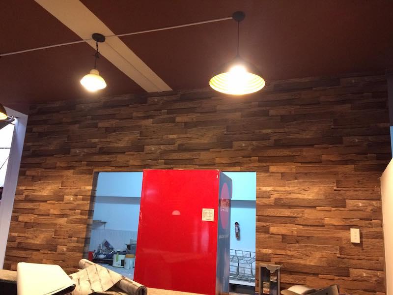 giấy dán tường giả gỗ cho quán cà phê