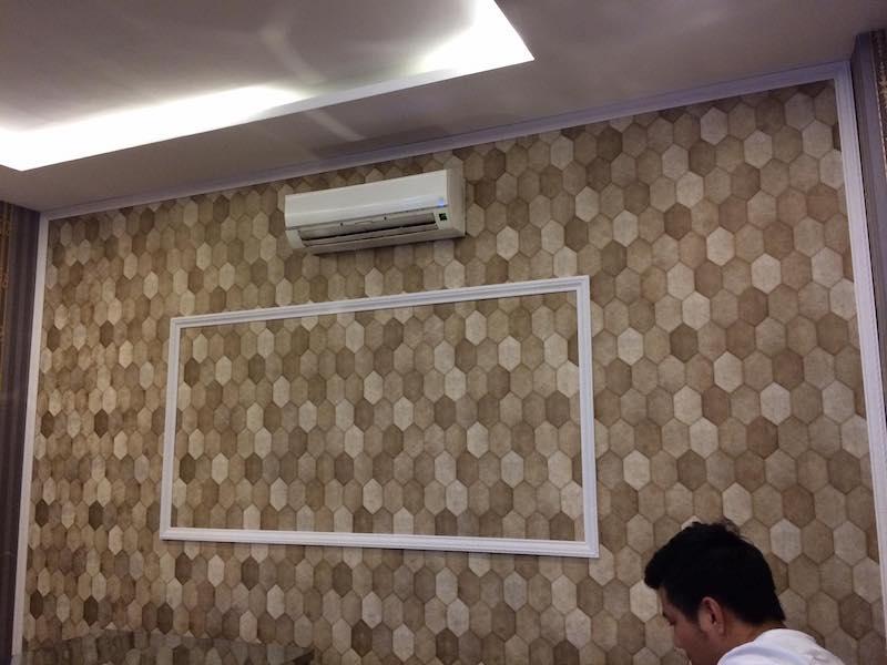 Khách hàng nghiệm thu giấy dán tường